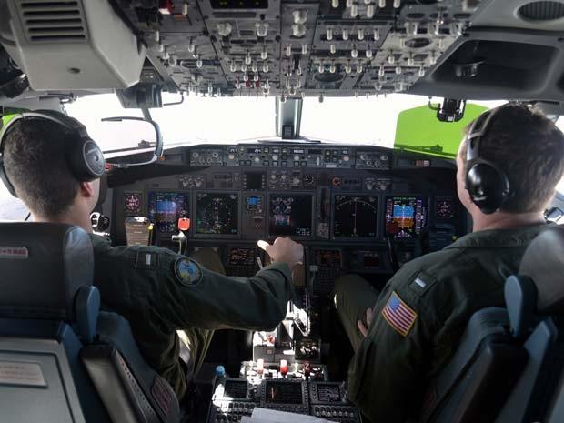 Pilotos na cabine do Poison P8 durante missão para encontrar o aião da Malaysian Airlines desaparecido no dia 8 de março (Foto: REUTERS/Jason Reed)