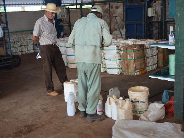 O produtor que não fizer a devolução poderá ser multado em mais de R$ 2 mil por unidade. (Foto: Rogério Aderbal/G1)