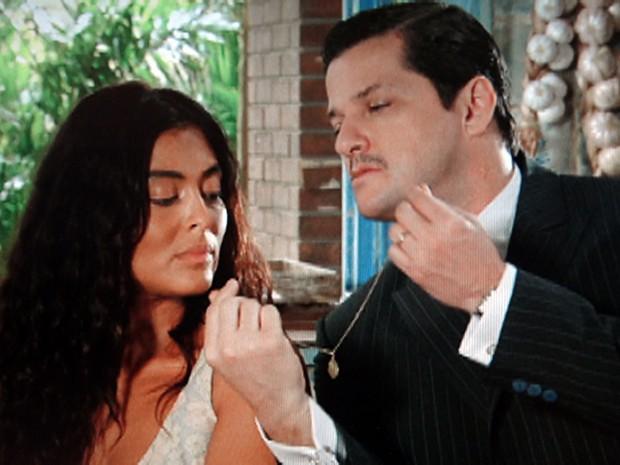 Tonico dá medalhinha para Gabriela, mas ela recusa o agrado (Foto: Gabriela / TV Globo)