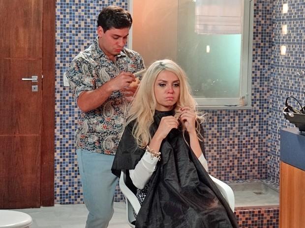 Scarlett faz birra na hora da transformação do cabelo (Foto: Rodrigo Brisolla / Gshow)
