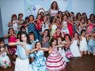 Sophia Abrahão faz a alegria das crianças durante desfile de moda