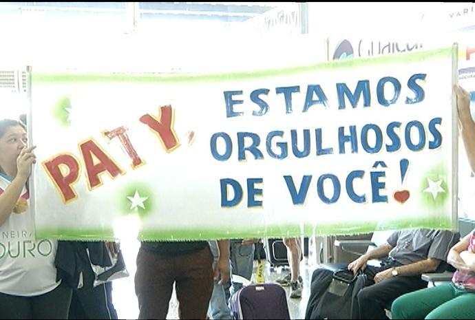 Muita festa na recepção da jogadora Paty Ramos no aeroporto de Montes Claros. (Foto: Reprodução Inter TV Grande Minas)