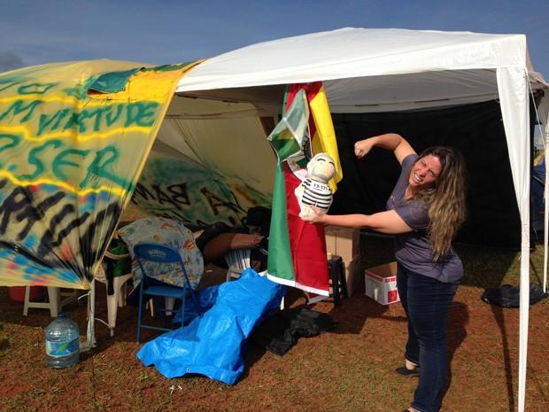 Empresária Roberta Born em frente a tendas de grupo gaúcho (Foto: Gabriel Luiz/G1)
