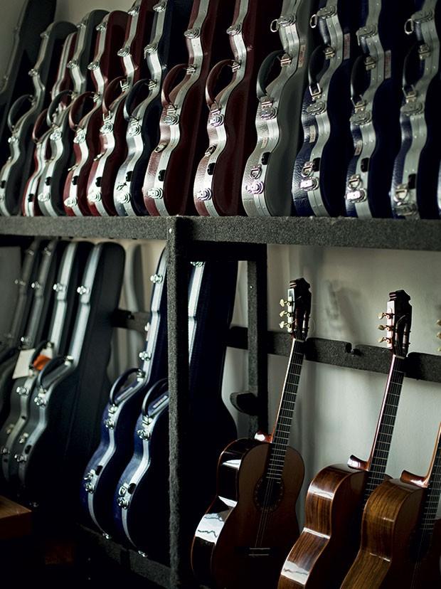 O luthier também faz os estojos dos violões, pois  considera ruins os que existem no mercado. No canto, violões usados para testes de inovação (Foto: Camila Fontana)