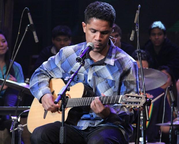 Natiruts tocam 'Natiruts Reggae Power', 'Supernova' e 'Pérola Negra' (Foto: TV Globo/Altas Horas)