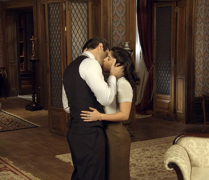 Araújo e Olga se beijam! (Foto: TV Globo)