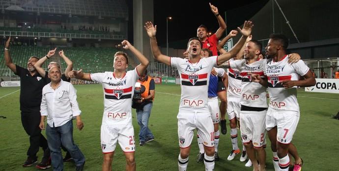 Jogadores na torcida Atlético-MG x São Paulo (Foto: Rubens Chiri/saopaulofc.net)