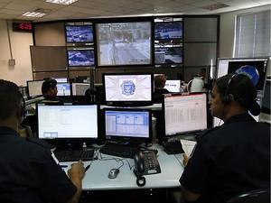 Guardas durante trabalho de monitoramento na CIMCamp, em Campinas (Foto: Eder Silva)