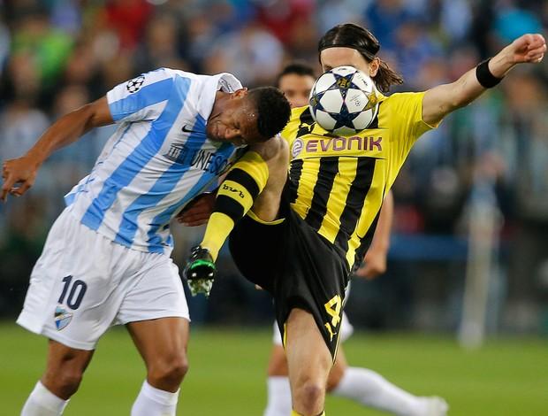 Julio Baptista e Neven Subotic, Málaga x Borussia Dortmund (Foto: AFP)
