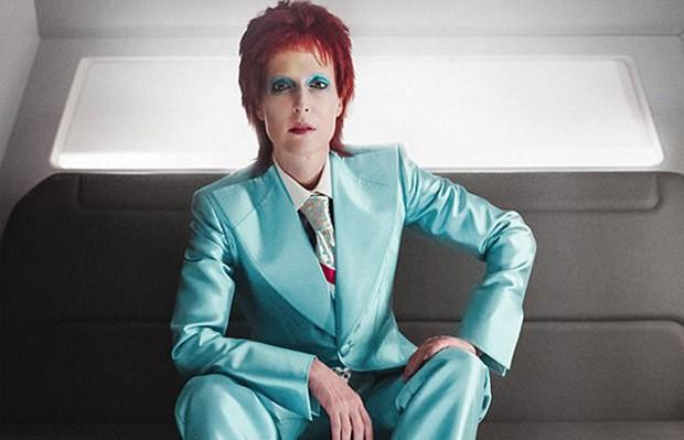 Gillian Anderson como David Bowie (Foto: Reprodução/Starz)