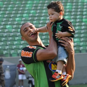 Vitor Hugo com o filho Pietro antes do jogo contra a Portuguesa, na Arena Independência (Foto: Divulgação/AFC)