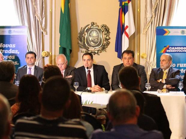 Governador Paulo Câmara e assessores anunciaram projetos nesta terça (25) (Foto: Marlon Costa/Pernambuco Press)