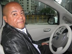 Taxista aprovou carro elético e aguarda novos pontos de recarga (Foto: Letícia Macedo/ G1)