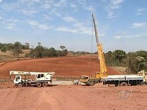 Ibama embarga parte das obras da construção da ferrovia Norte-Sul, em Goiás (Foto: Reprodução / TV Anhanguera)