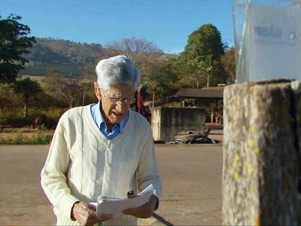 Produtor rural de Paraguaçu anota dias em que choveu na cidade há 20 anos (Foto: Carlos Cazelato / EPTV)