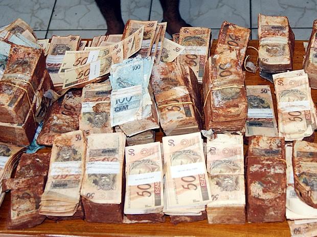 Dinheiro falso foi encontrado enterrado por maquinista em loteamento (Foto: Celso Ferreira Nery)