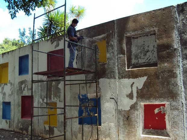 Trabalhadores restauram painel de Athos Bulcão na Escola Classe 407 norte (Foto: Régia Vitória)