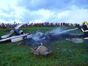 Destroços do monomotor após acidente (Foto: Divulgação/Corpo de Bombeiros)