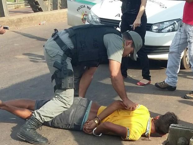 Suspeitos não se feriram e foram presos após colisão (Foto: Mykéias Souza/Arquivo Pessoal)