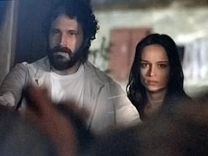 André e Julia são encurralados por Edu e outro bandido (Foto: Além do Horizonte/TV Globo)