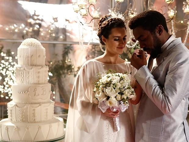 Lara e Brian Benson posam ao lado do bolo de casamento (Foto: Parker TV)