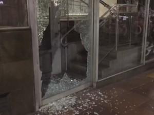 Vidraça de banco foi quebrada na Avenida Borges de Medeiros (Foto: Estêvão Pires/RBS TV)