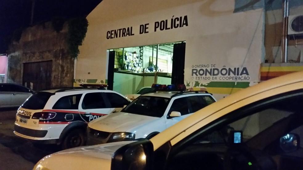 Suspeito foi autuado por agressão e depois foi encaminhado para a Central de Flagrantes de Porto Velho (Foto: Toni Francis/G1)