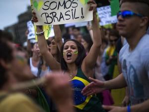 Centenas de manifestantes se reuniram em Barcelona para dar apoio aos protestos no Brasil. (Foto: Emilio Morenatti/AP)