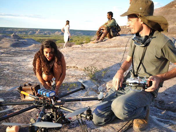 Juliana Paes fica fascinada com helicóptero de aeromodelismo (Foto: Estevam Avellar / TV Globo)