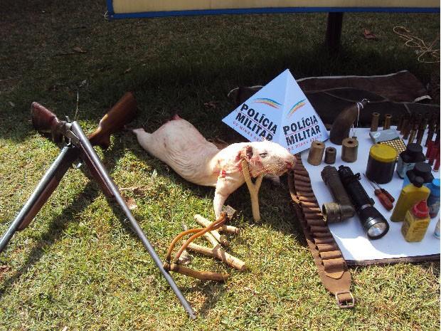 Materiais de caça e pesca e paca já abatida foram apreendidos (Foto: Polícia Militar do Meio Ambiente/Varginha)