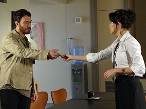 Miriam fica com a carta de Angélica (Foto: Amor Eterno Amor/TV Globo)
