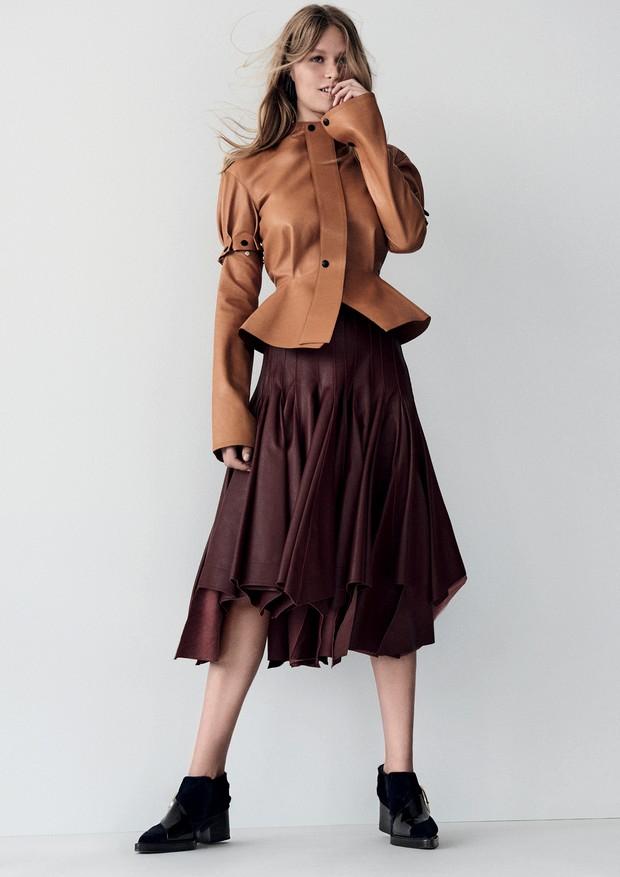 Blusa e saia, ambas Loewe. Brincos, Saint Laurent; sapatos, Delpozo.  (Foto: Giampaolo Sgura)