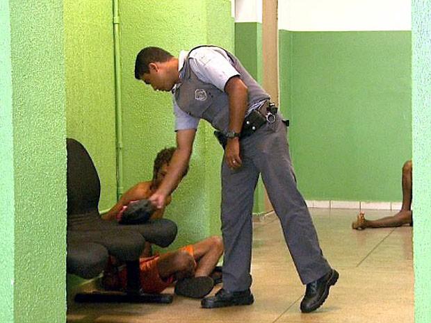 Rapaz é detido suspeito de assaltar ônibus em Ribeirão Preto (Foto: Reprodução EPTV)