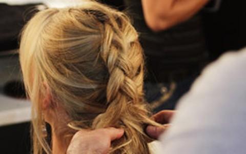 Trança-moicano: fácil de fazer, o penteado fica pronto em 4 minutos