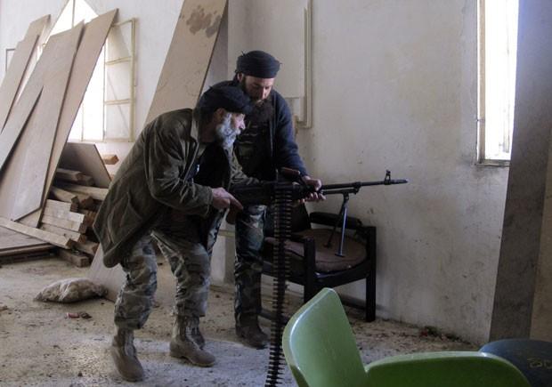 Combatentes sírios em confronto perto de Aleppo (Foto: Abdalghne Karoof/Reuters)