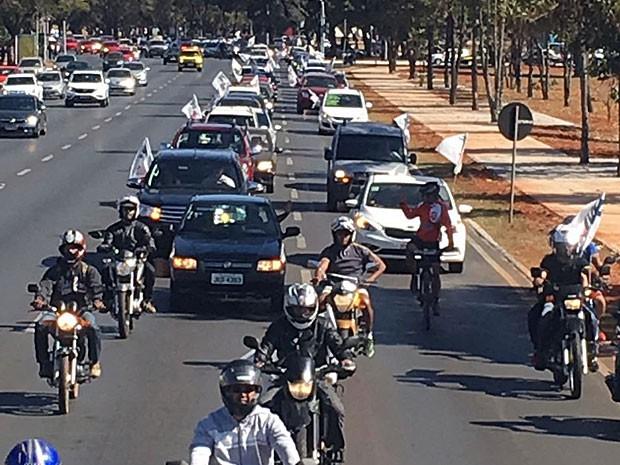 Carreata reúne policiais militares e bombeiros em ato por aumento de salários no centro de Brasília nesta terça-feira (12) (Foto: Divulgação)