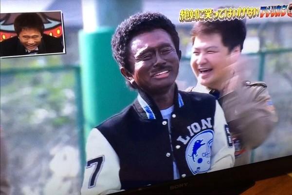 O comediante japonês Masatoshi Hamada em sua polêmica imitação de Eddie Murphy (Foto: Reprodução)