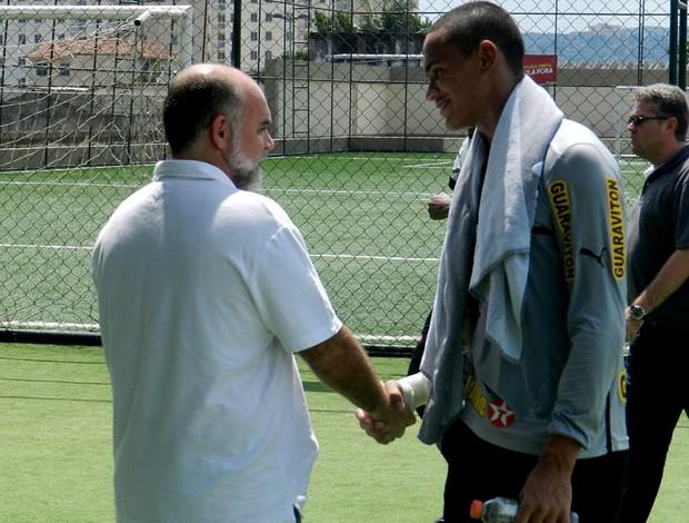 presidente do Botafogo, Mauricio Assumpção, no Engenhão conversando com o goleiro reserva Renan (Foto: Raphael Zarko)