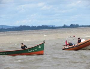 Barco quebra, 'gremista do caiaque' encalha em frente ao CT do Inter e ouve piada (Foto: Tomás Hammes/GLOBOESPORTE.COM)