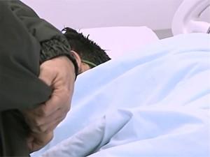 Jovem chegou desacordado a hospital de Santa Maria (Foto: Reprodução/RBS TV)