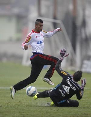 Paulo Victor e Thallyson no treino do Flamengo (Foto: MÁRCIO MERCANTE)