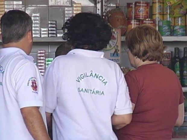 Fiscais autuaram o dono do estabelecimento (Foto: Reprodução TV TEM)