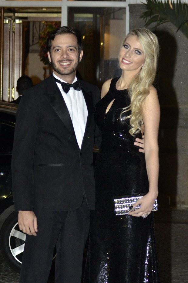 Max Porto e namorada no casamento de Rayanne Morais e Latino (Foto: Léo Marinho/Alex Palarea e Felipe Assumpção/AgNews)