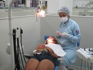 Jovem começou a fazer tratamento gratuito em universidade (Foto: Mariane Rossi/G1)
