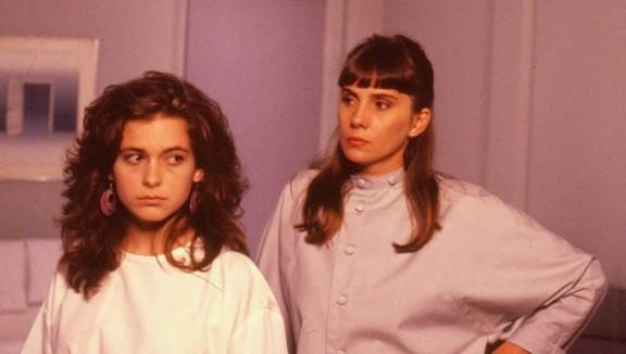 """Nicole em cena com Claudia Abreu em """"Barriga de aluguel"""" (1990) (Foto: Reprodução/ TV Globo)"""
