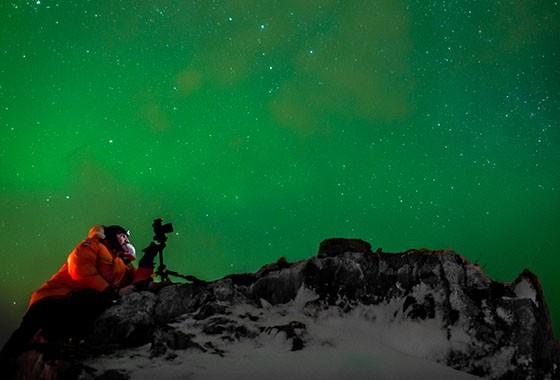 Marco Brotto fotografa aurora boreal nas montanhas Sommaroy, perto de Tromso, Noruega (Foto: © Carlos Simão)