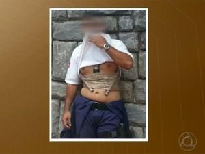 Motorista estava usando colete com artefatos que a polícia disse que eram falsos na Paraíba (Foto: Reprodução / TV Cabo Branco)