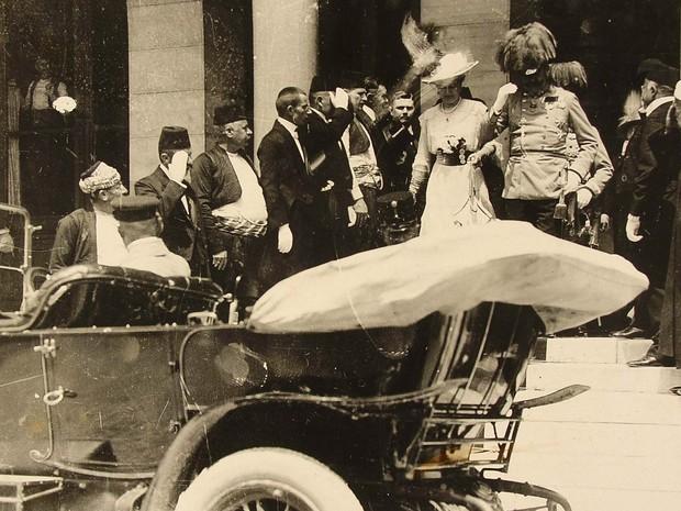Francisco Ferdinando e sua mulher, Sofia, deixam a Prefeitura de Sarajevo, em 28 de junho de 1914 (Foto: Reuters/JU Muzej Sarajevo)