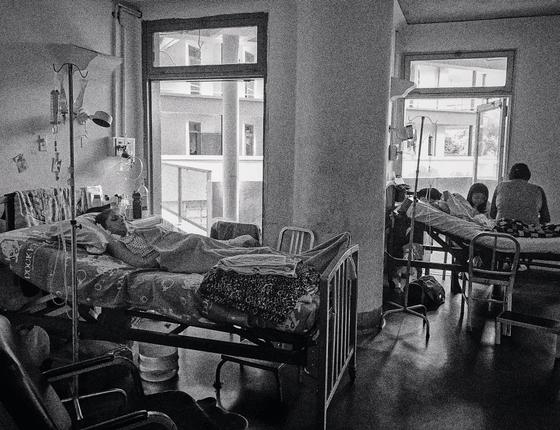 Pacientes no hospital Universitário,em Caracas (Foto:  Karla Calderon/ÉPOCA)
