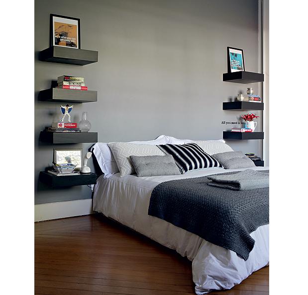 O quarto da arquiteta Fabiana Frattini tem vários tons de cinza. A cor está nas paredes, nas prateleiras e na roupa de cama (Foto: Edu Castello/Casa e Jardim)